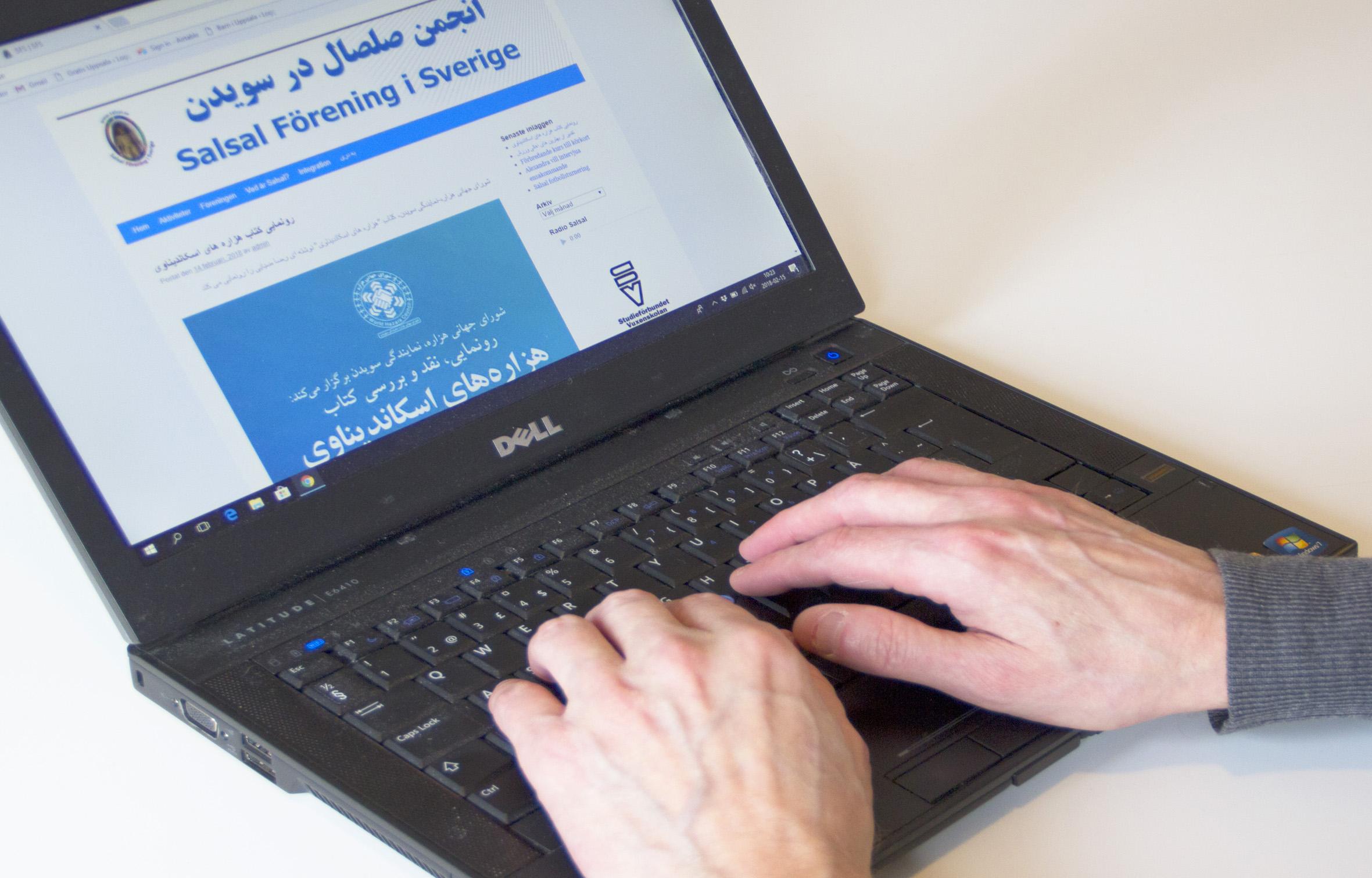 Föreningshjälpen, webbutveckling, händer på laptop