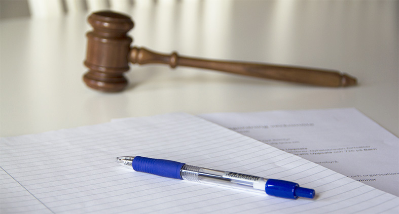 Föreningshjälpen, penna och papper till protokollförare, klubba i bakgrunden